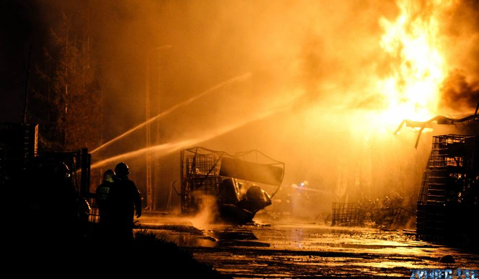 Film do artykułu: Pożar w Żywcu. Paliły się magazyny z chemikaliami przy Stolarskiej. Ogień gasiło 20 zastępów strażackich