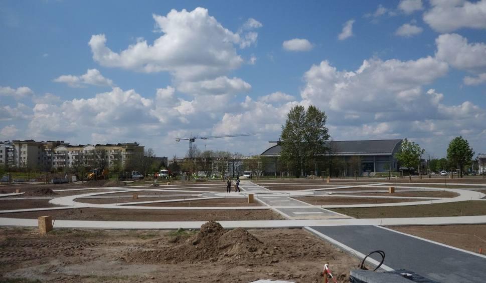 Film do artykułu: Park Jana Pawła II w Łomży. Park z betonu. Bez zieleni. Przez spór prezydenta z radą (zdjęcia)
