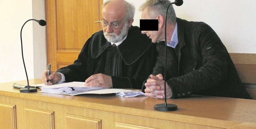 Oskarżony były policjant Bogusław K. na sali rozpraw krakowskiego sądu. Obok siedzi jego obrońca mec. Krzysztof Bachmiński