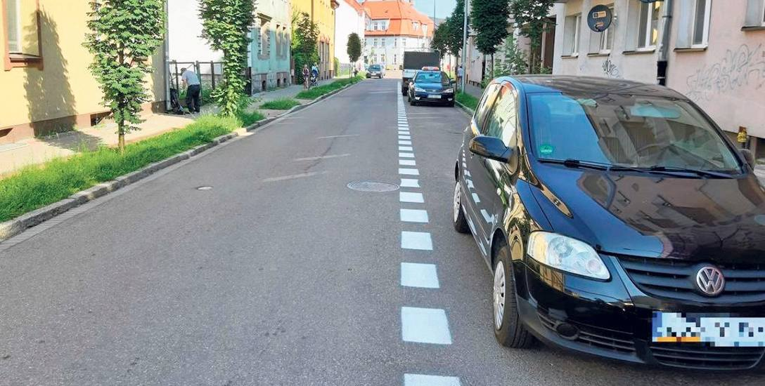 Ulica Emilii Plater, widok od strony Rzemieślniczej - tędy już nie pojedziemy, wprowadzono bowiem ruch jednokierunkowy od strony przeciwległej ulicy