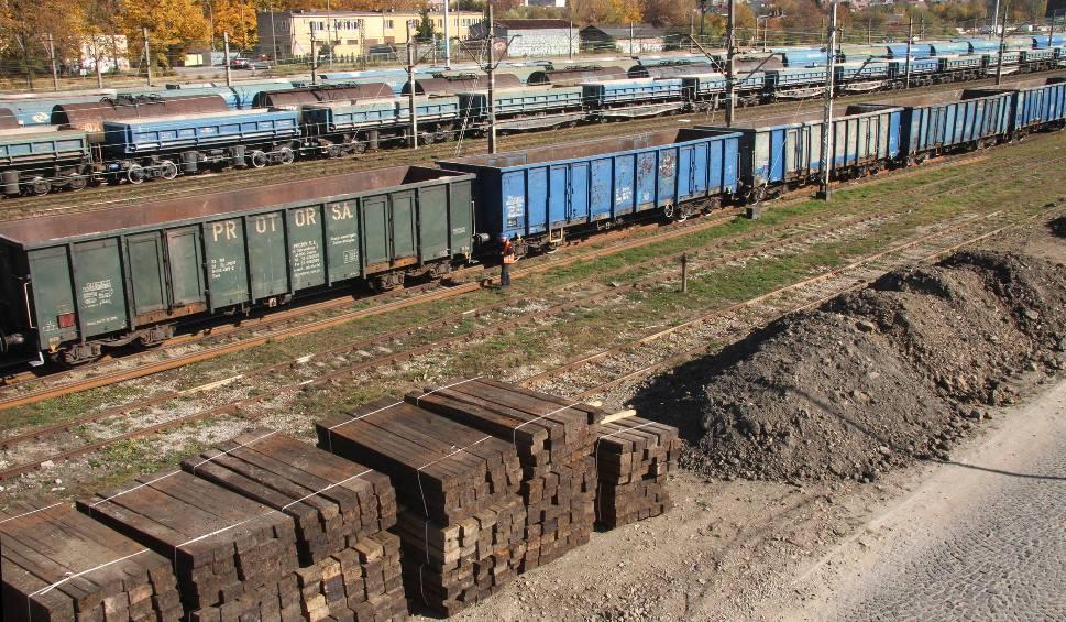 Film do artykułu: Kielce. Stare podkłady kolejowe i sterta ziemi z nieprzyjemnym odorem