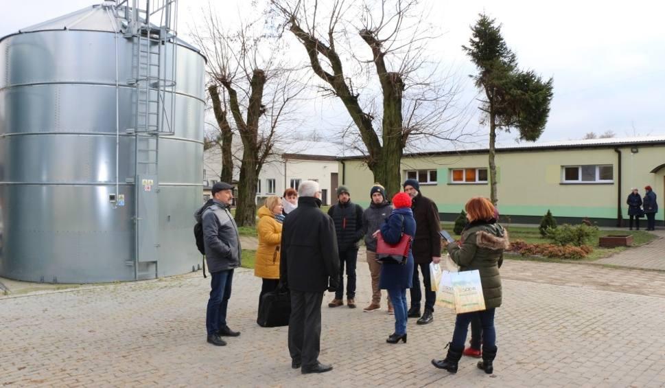 Film do artykułu: Sandomierski rolnik gościł nauczycieli i rolników z Francji. Goście obejrzeli szkolne warsztaty i gospodarstwo (ZDJĘCIA)