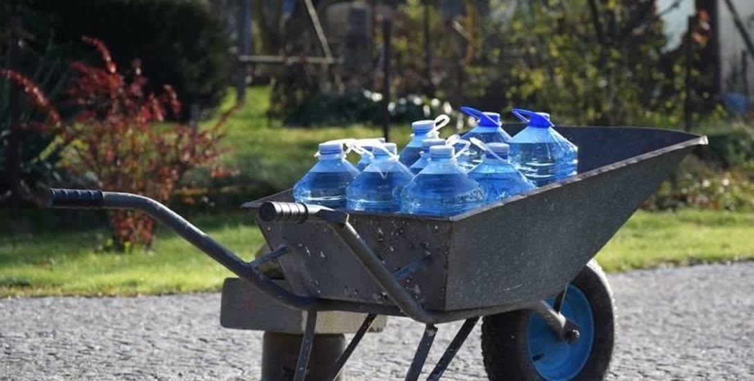 Gdy woda nie nadaje się do picia, dostarczana jest beczkowozami, z których nalewa się ją do butelek