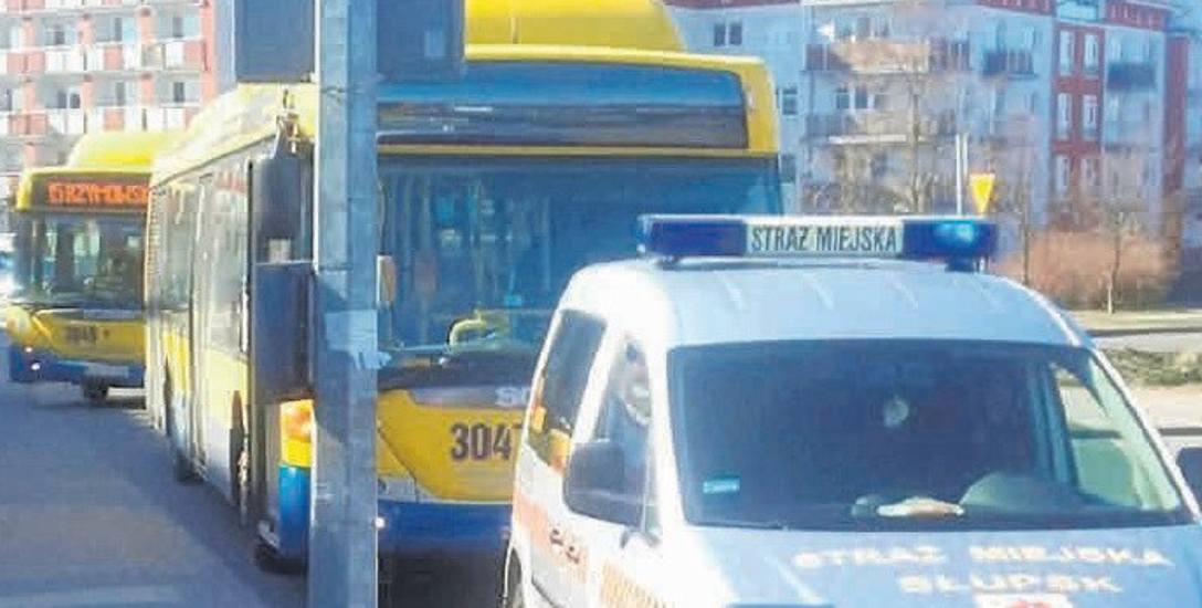 Radiowóz straży miejskiej stojący na miejscu dla autobusów przed szpitalem.