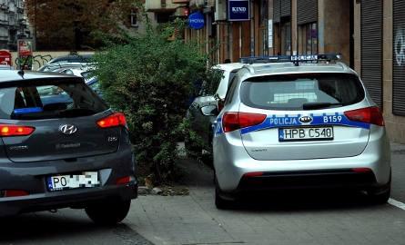 Jazda chodnikiem na rogu Jedności Narodowej i Słowiańskiej stała się czymś tak normalnym, że kierowców nie odstrasza nawet widok zaparkowanego obok radiowozu.