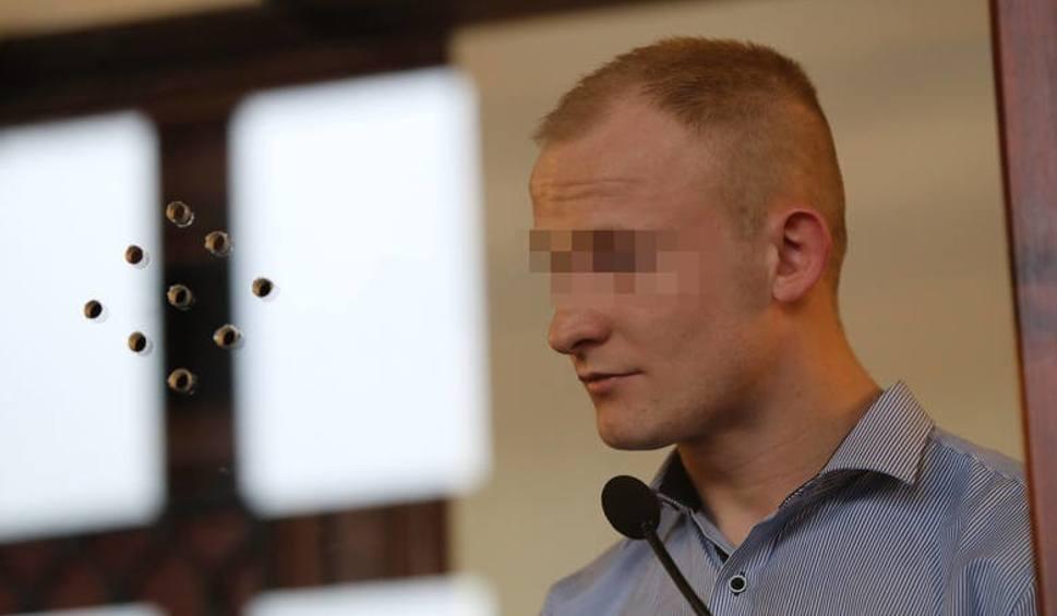 Film do artykułu: Proces Sebastiana K. w Katowicach: pociął butelką twarze kobiet. Przed sądem zeznawały siostra i partnerka głównego oskarżonego