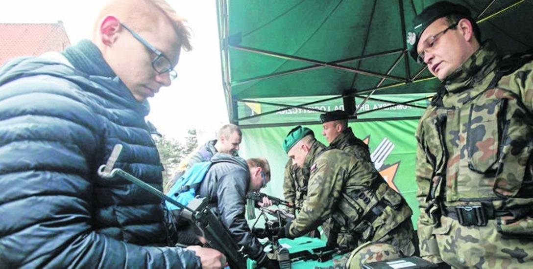Wczoraj na terenie Kampusu Głównego UKW studenci mogli wziąć udział w  pokazie sprzętu  lekkiego  I Pomorskiej Brygady Logistycznej