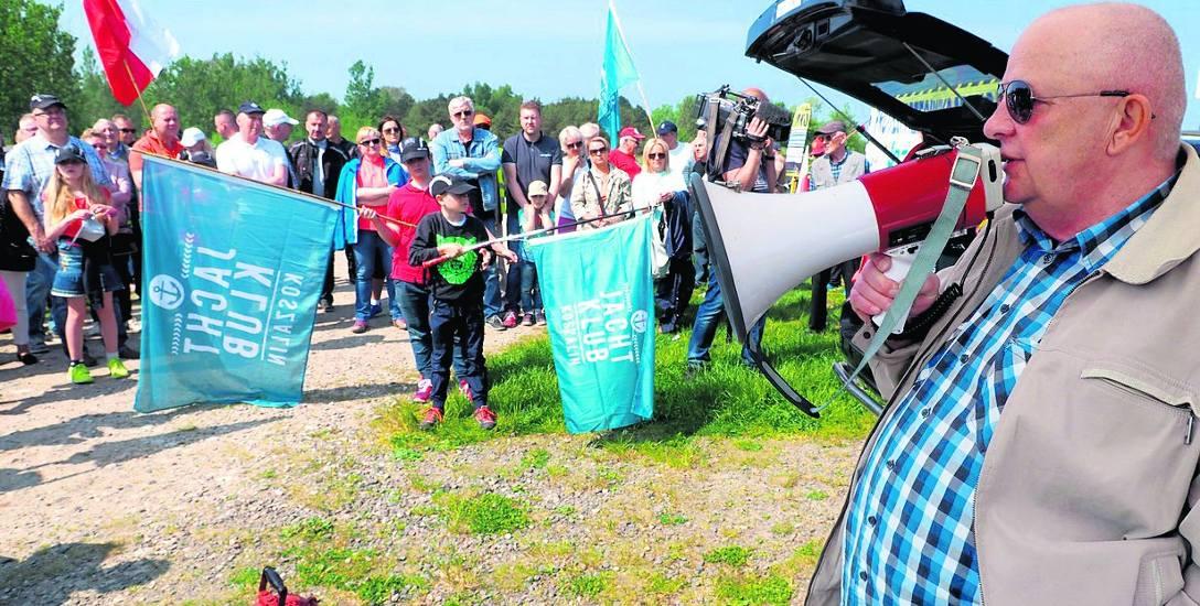 Żeglarze, wędkarze, wczasowicze i mieszkańcy Mielna protestowali. Krzysztof Najda (z megafonem) tłumaczył problem