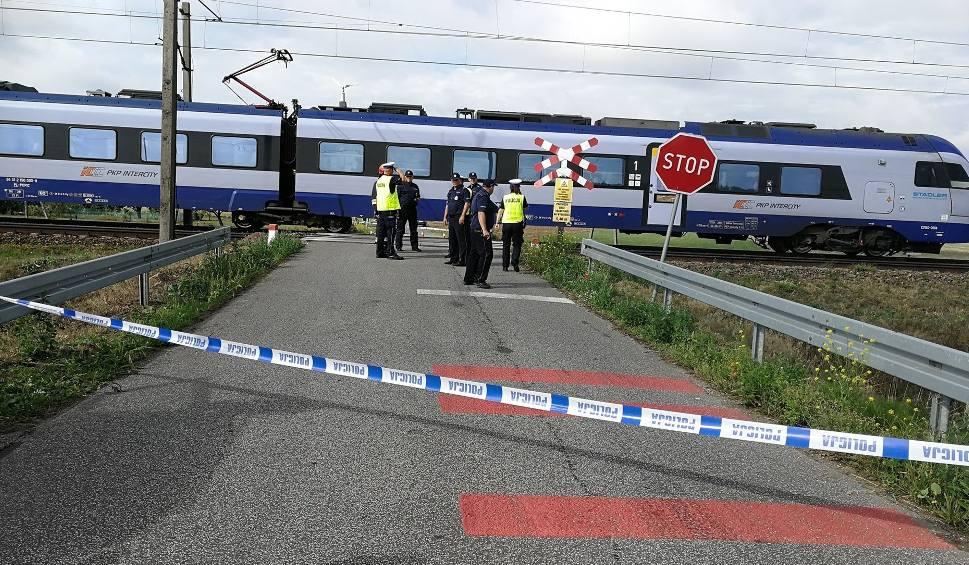 Film do artykułu: Tragiczny wypadek na przejeździe kolejowym niedaleko Włocławka. Zginęła rowerzystka z dziećmi [zdjęcia - 19.08.2019 r.]