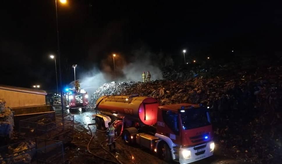 Film do artykułu: Pożar niewielkiego wysypiska śmieci w Leśnie Górnym [ZDJĘCIA, WIDEO]