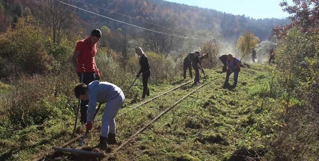 Zainteresowana przejęciem torowiska jest Fundacja Galicyjskich Kolei Żelaznych (na zdjęciu wolontariusze podczas akcji odkrzaczania torowiska). Ale także