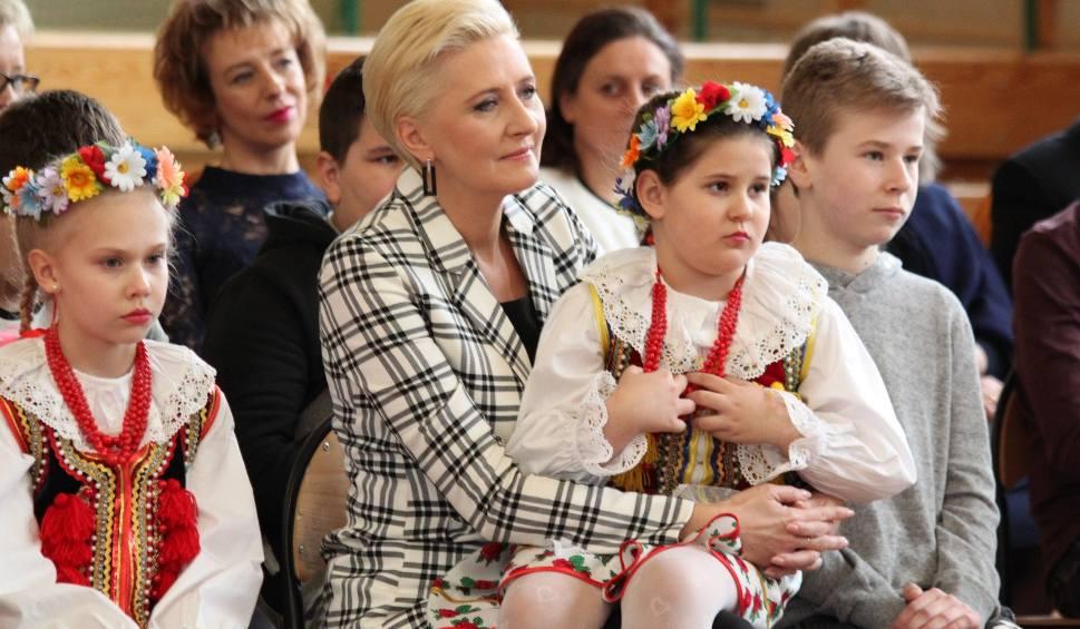 Film do artykułu: Agata Kornhauser-Duda w szkole w Sichowie. Zobacz kulisy spotkania (ZDJĘCIA)