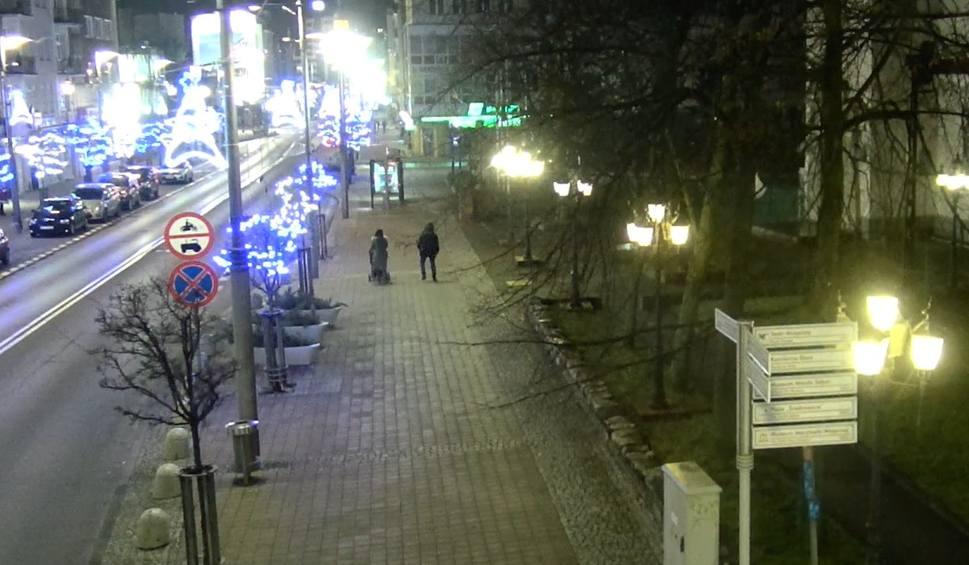 """Film do artykułu: Pijani rodzice """"spacerowali"""" z 3-latkiem ulicami Gdyni. Po interwencji policji maluch trafił na noc do rodziny zastępczej"""
