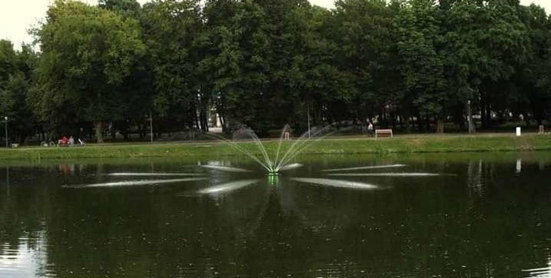 W brzezińskim parku po stawie pływa... fontanna