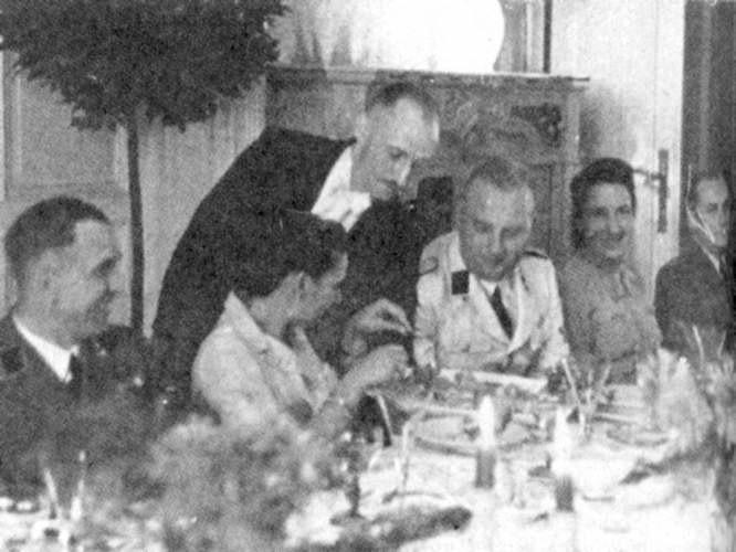 Przyjęcie w kasynie gestapo przy ul. Jagiellońskiej. W jasnym mundurze Karl Heinz Rux, szef bydgoskiej tajnej policji politycznej, obok jego żona Greta
