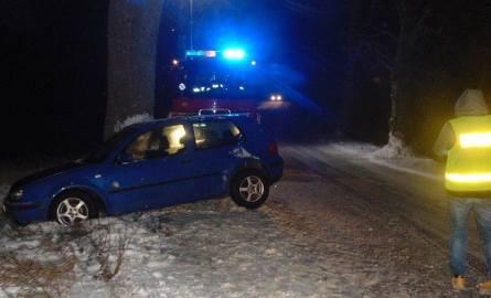 W poniedziałek przed godz. 15.00 na trasie Biała Piska - Radysy doszło do zdarzenia drogowego, gdzie samochód marki VW Golf uderzył w drzewo. Na miejscu