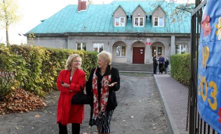 Była już dyrektor (z prawej), podczas rozmów z jedną z radnych z czasów przekształcania szkoły