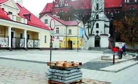"""Jeszcze jeden przykład """"pięknego"""" chodnika na samym Rynku Kościuszki. Jest jednak szansa, że to miejsce zmieni się w 2009 r."""