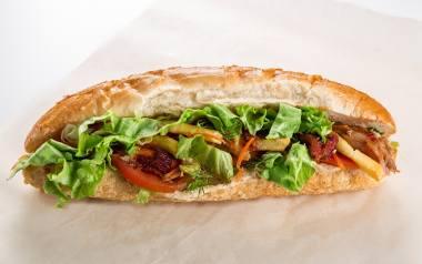 Trudno znaleźć w Polsce dom, gdzie nie jada się kanapek – nasz pyszny, rodzimy chleb lub chrupiąca bułka, do tego świeże masło, ser, pomidor, wędlina…
