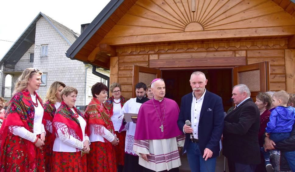 Film do artykułu: Odnowiona kapliczka w Barczy. Poświęcił ją biskup (WIDEO, zdjęcia)