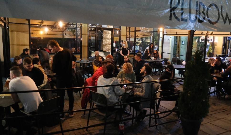 Film do artykułu: Katowice. Ogródki gastronomiczne znów otwarte. Na Mariackiej luzowanie obostrzeń świętowano już od północy!