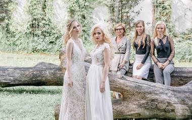 Modelki mają na sobie suknie często wybierane przez panny młode. Jedna jest kwintesencją stylu rustykalnego. Zachwyca subtelnością, a jednocześnie skupia