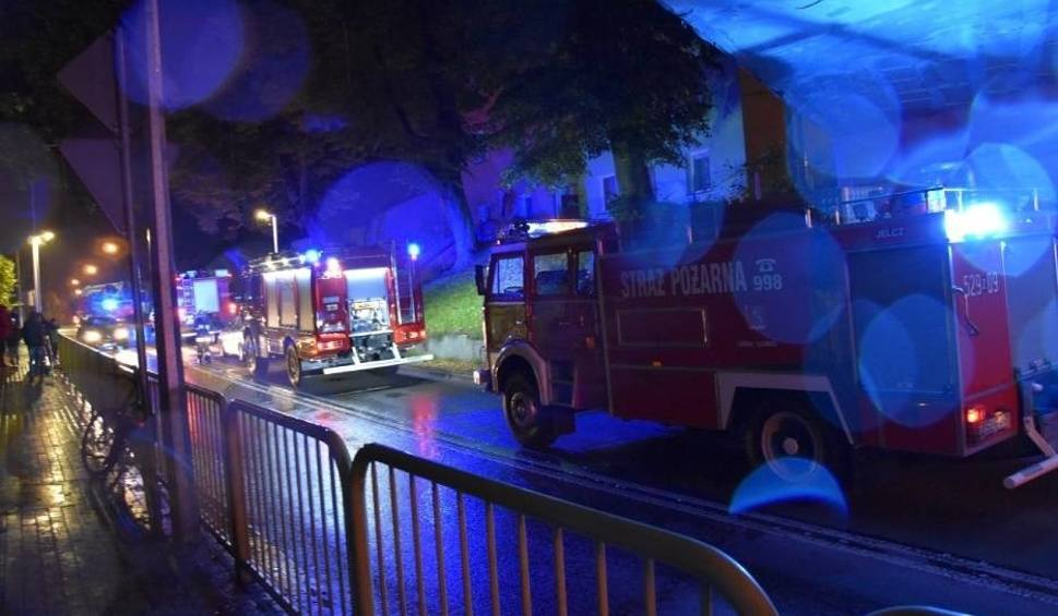 Film do artykułu: Pożar kamienicy na ul. Koszalińskiej w Sławnie 2.10.2019. Jest ofiara śmietelna. Ewakuowano mieszkańców budynku [ZDJĘCIA]