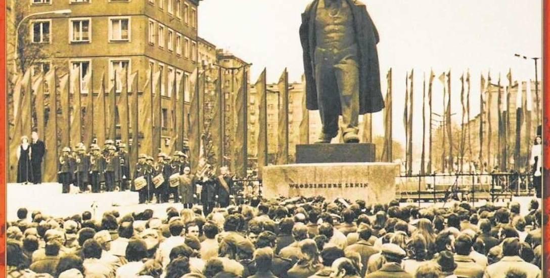 Uroczystość rocznicowa pod pomnikiem Włodzimierza Lenina w Nowej Hucie