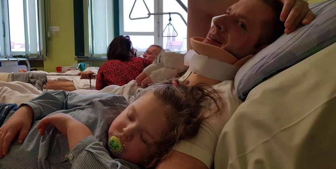 Wielkanocne śniadanie zjadł w szpitalnym bufecie.  Ale z rodziną!