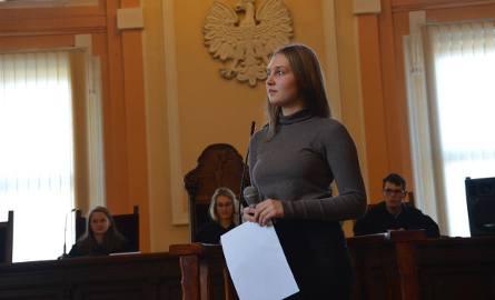 Symulacyjna rozprawa o stalking w Piotrkowie, wzięli w niej udział uczniowie z II LO w Piotrkowie i Gimnazjum w Moszczenicy