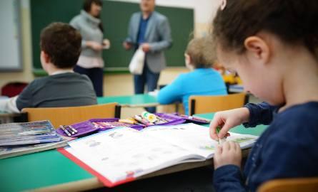 Dzieci, które przyszły  do pierwszej klasy rozpoczynają lekcje nawet o godzinie jedenastej i dwunastej.
