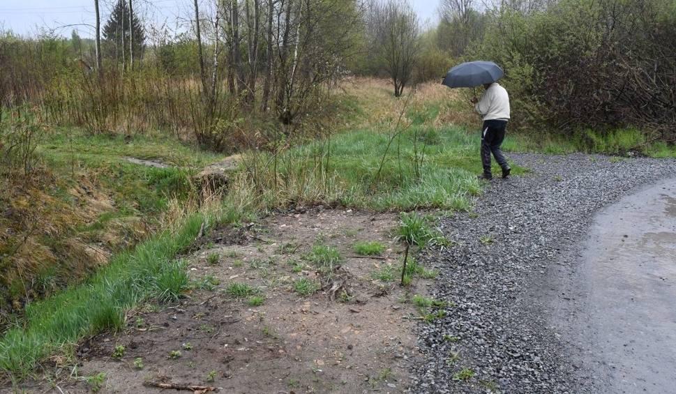 Film do artykułu: Ktoś może wpaść do wody! Niebezpieczne dojście do działek przy ulicy Wschodniej w Kielcach [ZDJĘCIA]