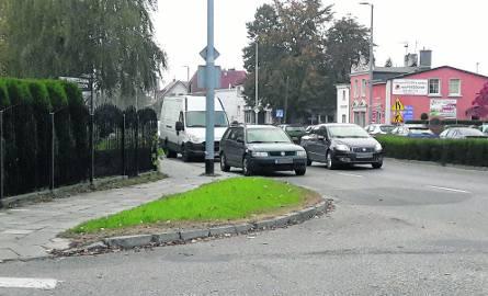 Skrzyżowanie ul. Zwycięstwa i Bema w Koszalinie; kierowcy wyjeżdżający z ul. Bema mają utrudnioną widoczność z uwagi na samochody parkujące na pasie