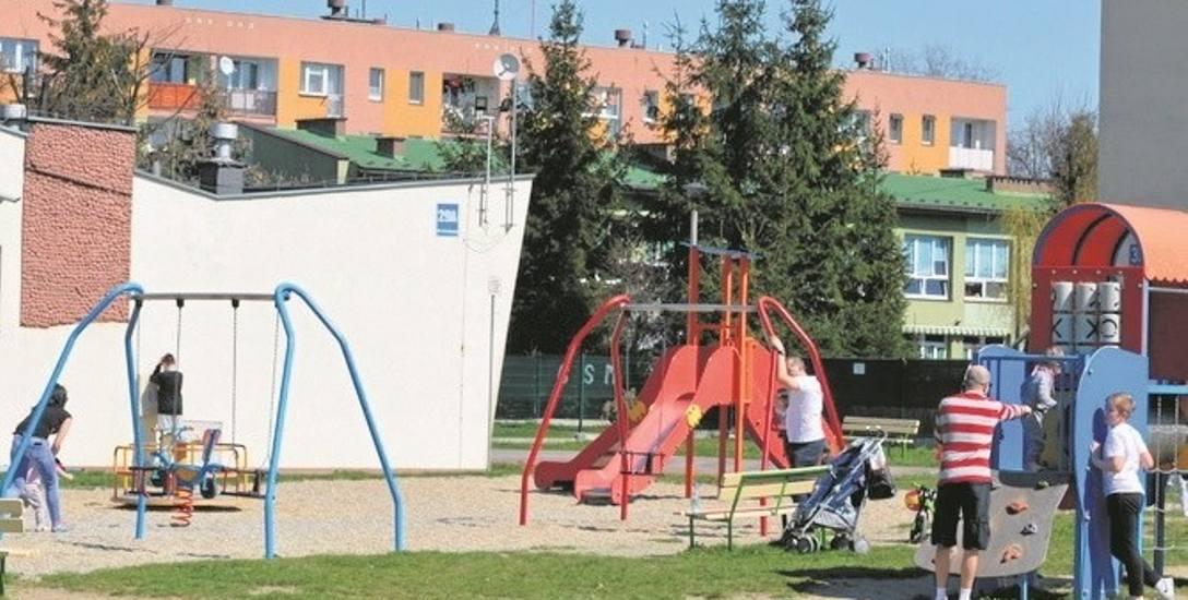 Z placu zabaw na osiedlu Milenium zniknęły już wszystkie wierzby. Dzieci nie będą miały gdzie się schronić w upalne dni