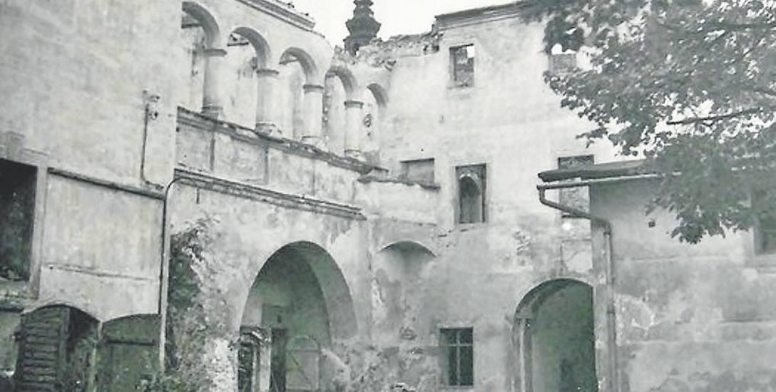 Fragment dziedzińca krośnieńskiego Zamku Piastowskiego uchywcony na zdjęciu  w 1947 roku