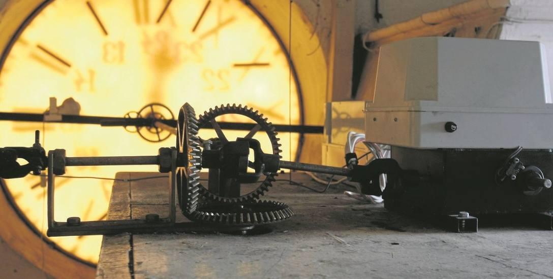 """Na ratuszowej wieży wciąż działa """"odświeżony"""" mechanizm zegara."""