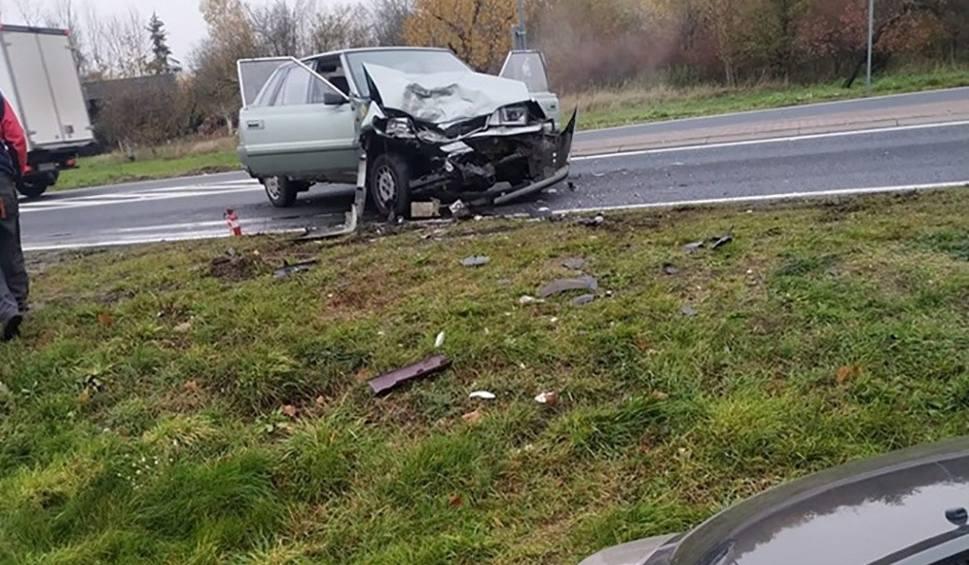 Film do artykułu: Wypadek w Gronowie koło Krosna Odrzańskiego. Peugeot uderzył w poloneza. Jedna osoba została ranna