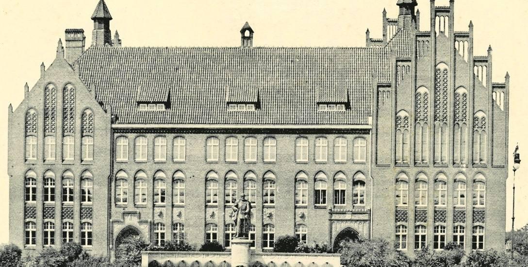 Fronton Szkoły Wydziałowej (niemieckiej Mittelschule) na fotografii wykonanej po 1911 r. Na pierwszym planie widoczna instalacja z pomnikiem cesarza