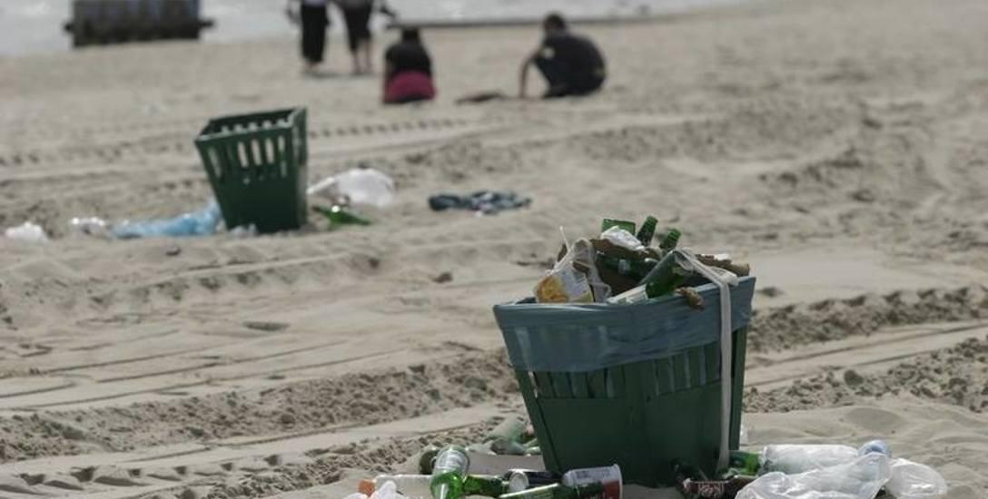 W weekendy z sopockiej plaży usuwane są nawet trzy tony śmieci