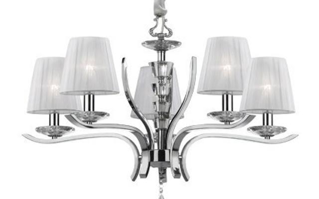 Ta stylowa lampa zrobiona jest z chromu i kryształu.