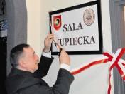 Wstęgę przecina wiceprezes oddziału Jerzy Bujakowski