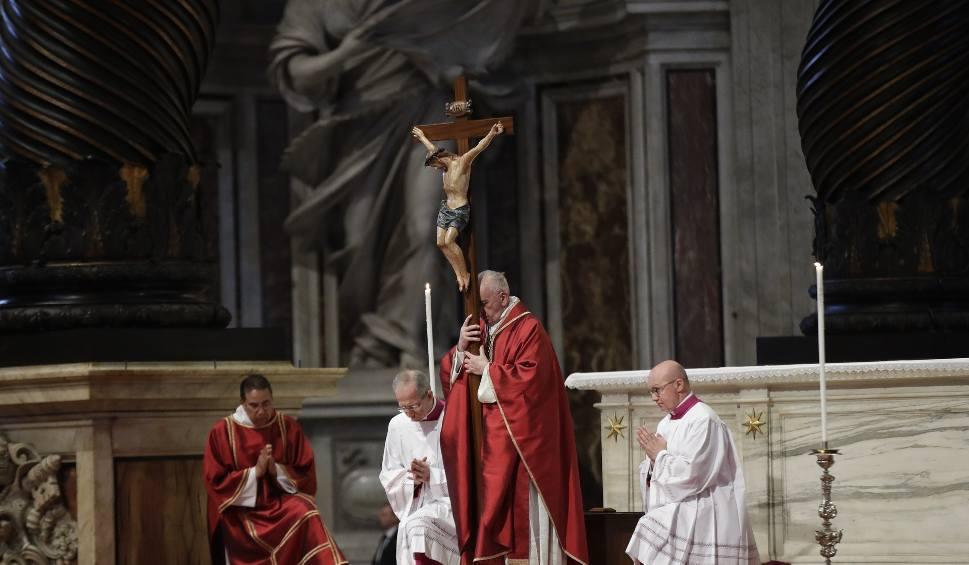 """Film do artykułu: Rzym: Papież Franciszek podczas drogi krzyżowej w Koloseum wyliczał """"wszystkie krzyże świata"""""""