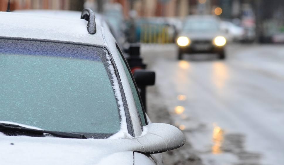 Film do artykułu: Uwaga kierowcy! Spadnie marznący deszcz, na drogach będzie ślisko