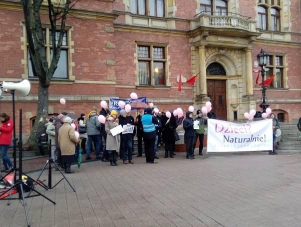Przedstawiciele organizacji prawicowych i pro life protestują w Gdańsku przed Nowym Ratuszem