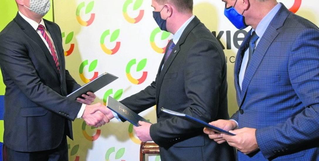 Umowę podpisał przedstawiciel spółki Skanska Krzysztof Jelonek, prezydent Krzysztof Jażdżyk oraz przedstawiciel PKP PLK