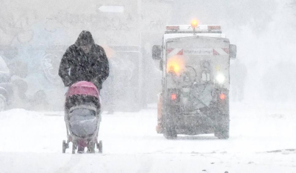 Film do artykułu: Uwaga! Może mocno sypać śnieg. Ostrzeżenie IMiGW. Pogoda na wtorek, 15 stycznia WIDEO + ZDJĘCIA