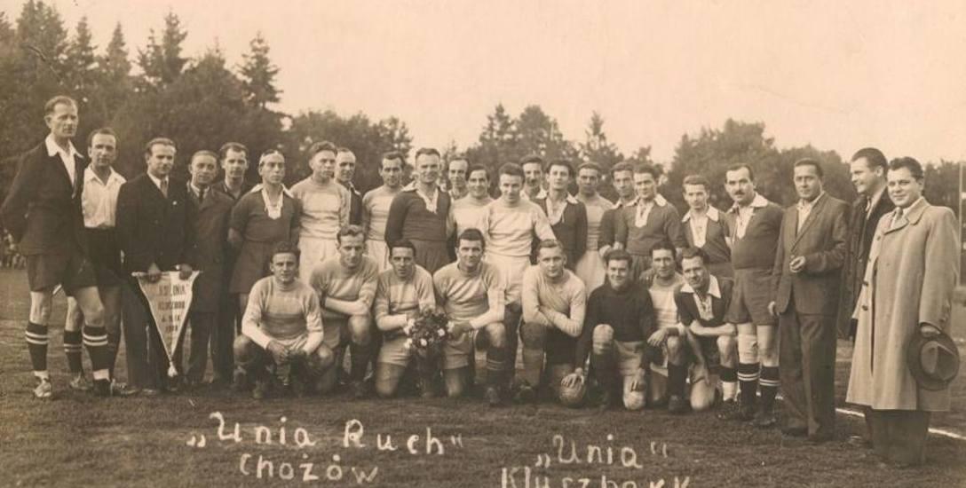 Legendarny Gerard Cieślik zagrał nawet w pokazowym meczu w Kluczborku - 19 września 1950 roku. Na pamiątkowym zdjęciu obu drużyn Gerard Cieślik stoi