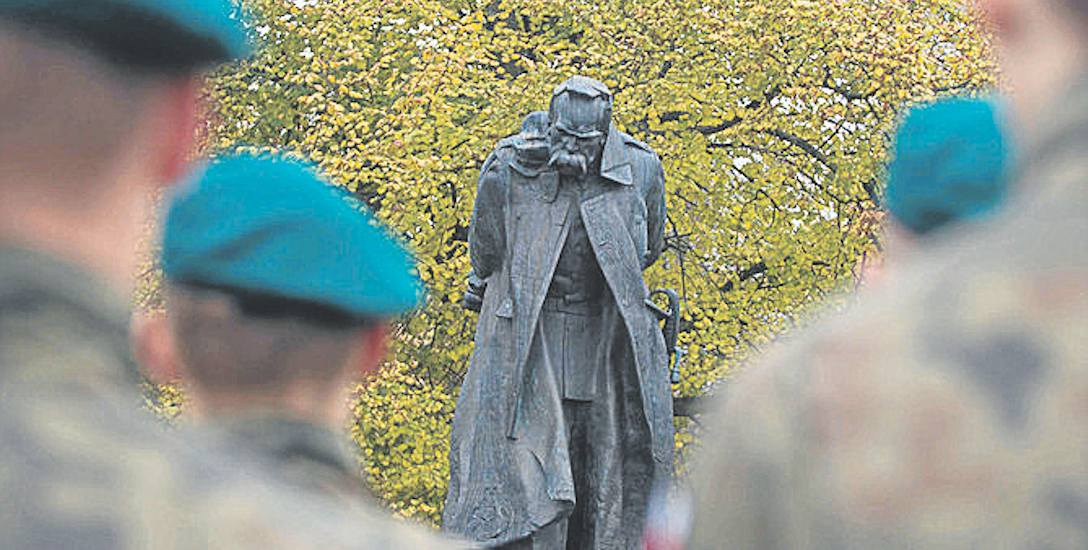 Zabrakło porozumienia w sprawie pomnika marszałka Józefa Piłsudskiego. Marszałek stojący to jedna z propozycji pomnika zaproponowana przez słupski r