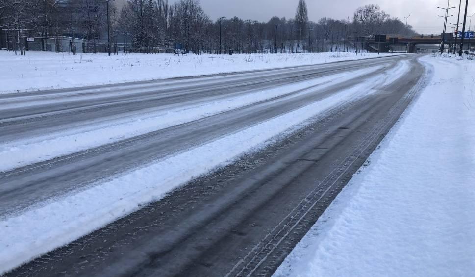 Film do artykułu: Łódź przegrywa z zimą. Ulice są nieodśnieżone. Zmrożony i śliski śnieg zalega ulicach Nowego Centrum Łodzi: m.in. Kilińskiego i Tuwima
