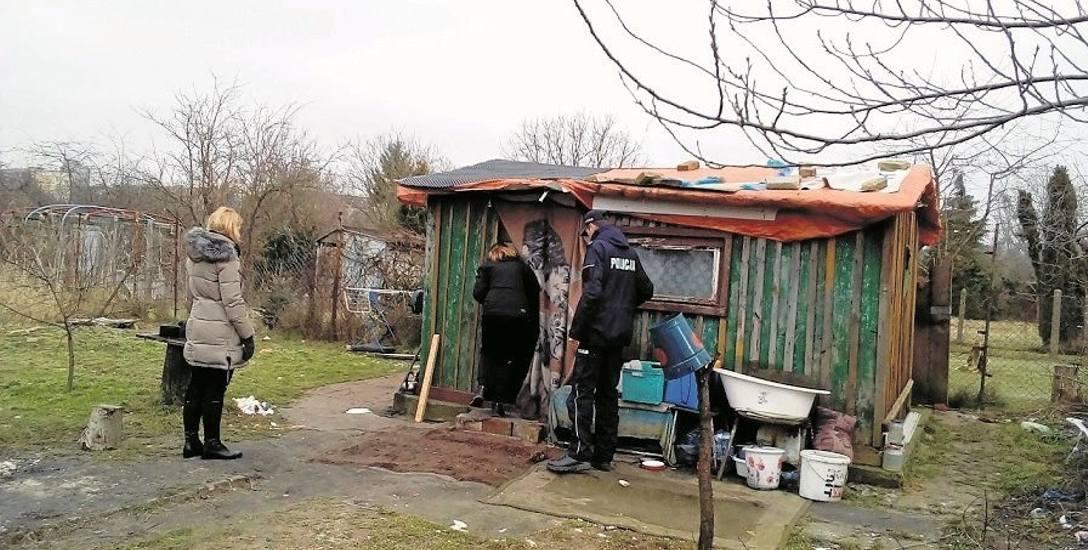 Przed zimą pracownicy socjalni Miejskiego Ośrodka Pomocy Społecznej z policją lub strażą miejską odwiedzają bezdomnych